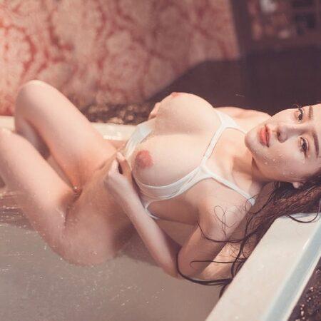 Ngân 98 nude trong bồn tắm lộ vú không che