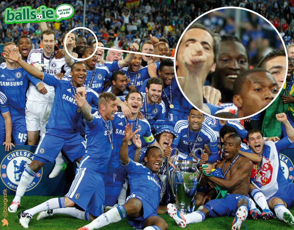 Lukaku (trong vòng tròn) không chạm vào chiếc Cup vô địch, dù có mặt trong lễ đăng quang của Chelsea năm 2012.